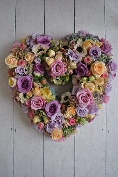 Corazón Funerario Claveles y Gerberas, Flores para Tanatorio Clásicas, Envios Urgentes de Flores para Funeral, Flores Fúnebres Blancas